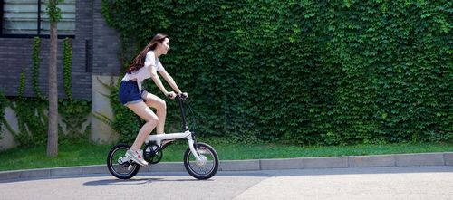 Процесс катания на электровелосипеде Xiaomi Mijia QiCycle